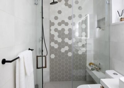 alexandra-interiors-interior-designer-north-vancouver-chester-street-modern-bathroom-black-shower-head-hexagon-tile-mosaic